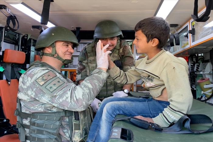 Türkiyəli hərbçilər suriyalılara yardım etdi - FOTOLAR