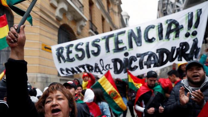 Demonstranten besetzen Staatsmedien