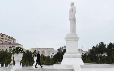 Ilham Aliyev visita el monumento al gran líder en Sumgayit