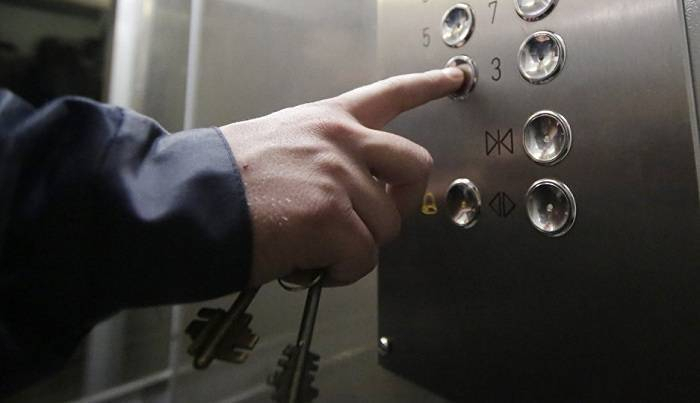 Biri azyaşlı olmaqla 5 nəfər liftdə qaldı