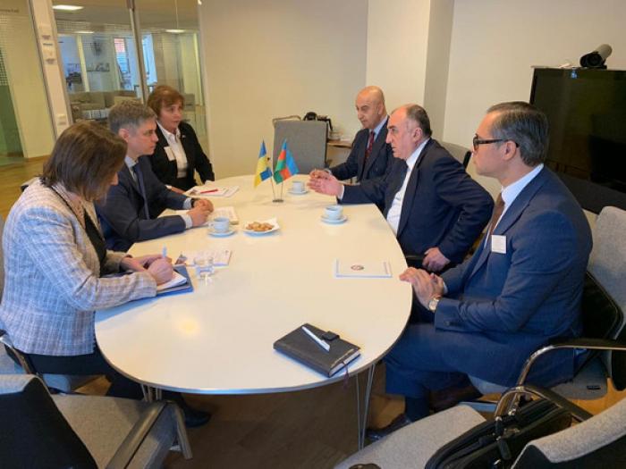 Ministro de Exteriores azerbaiyano se reúne con su homólogo ucraniano