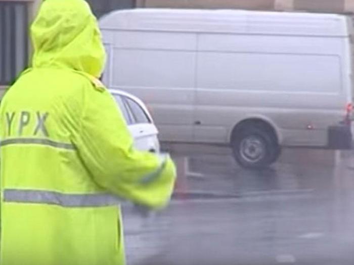 Yol polisləri yağışlı havada belə xidmət göstərir - FOTOLAR