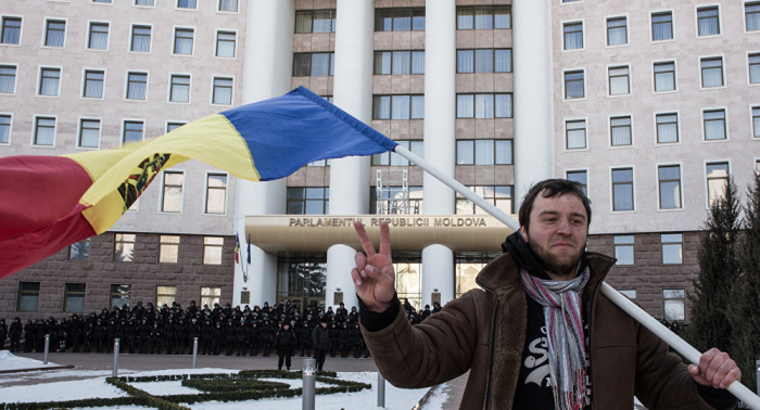 لدعم الحكومة... مئات المحتجين يتجمهرون أمام مبنى البرلمان المولدوفي