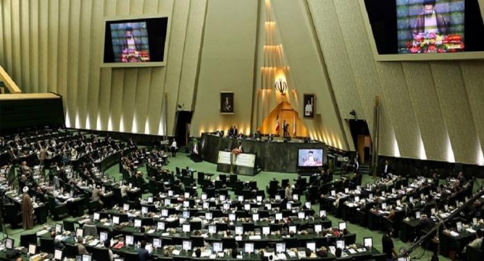 البرلمان الإيراني يعقد جلسة مغلقة لمناقشة رفع أسعار الوقود والاحتجاجات في البلاد