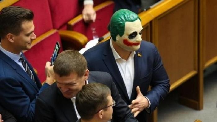 Deputat parlamentə Cokerin maskasında gəldi