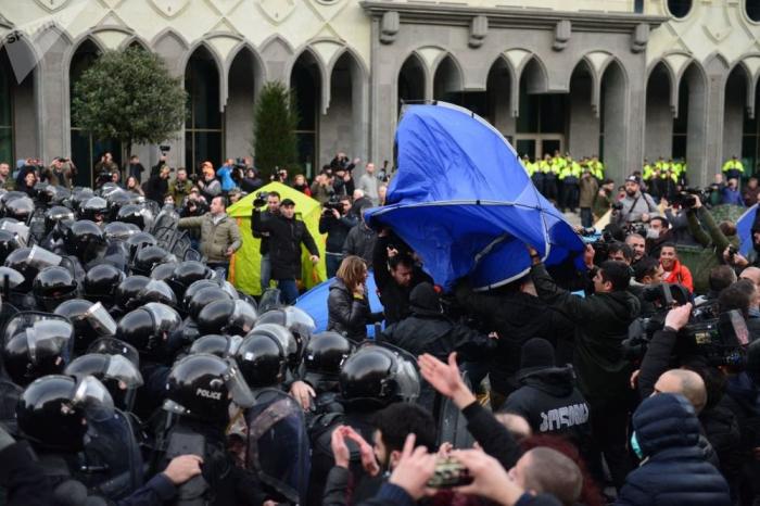 Gürcüstan parlamenti qarşısında yenidən çadrlar qurulub