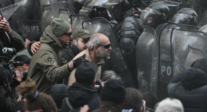 """Gürcüstanda etirazlar davam edəcək - Müxalifət dialoqa """"yox"""" dedi"""