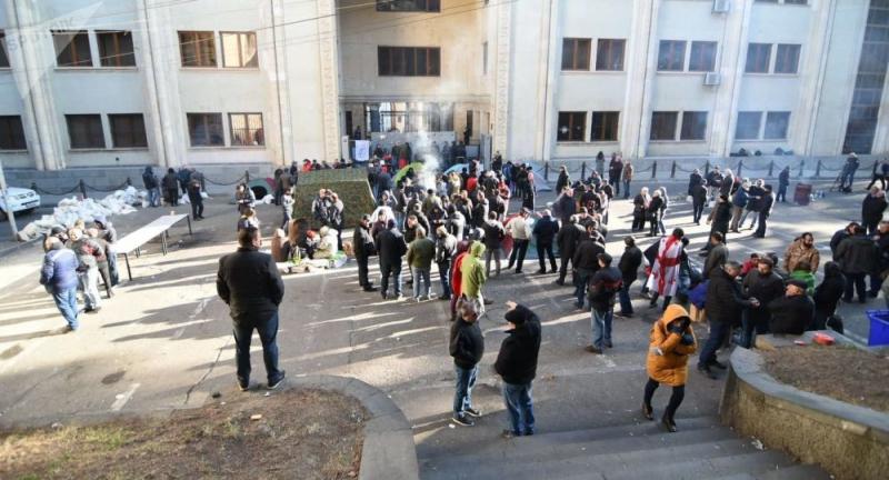 Gürcüstanda etirazçılar deputatları parlamentə buraxmır