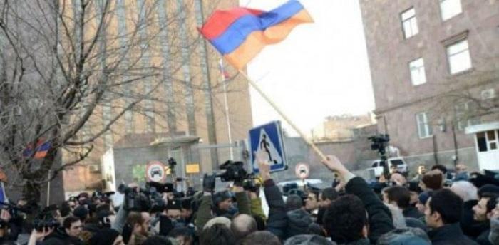Ermənilər Rusiya səfirliyi qarşısında aksiya keçirir