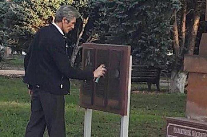 Deputat Njdenin xatirə lövhəsini qara rəngə boyadı