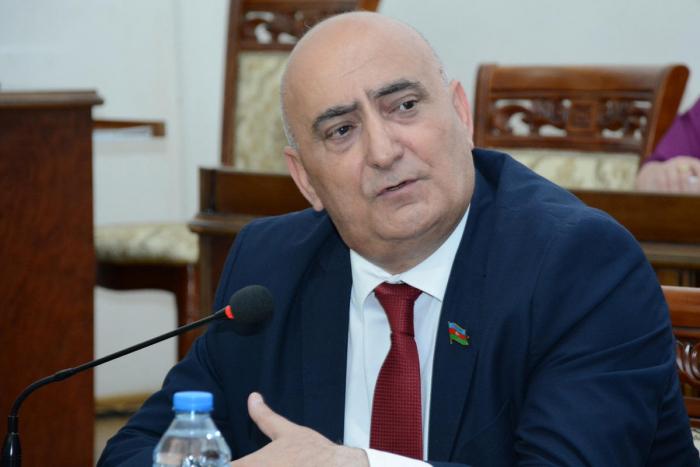 Deputat həmkarı Araz Əlizadəyə tarix dərsi keçdi