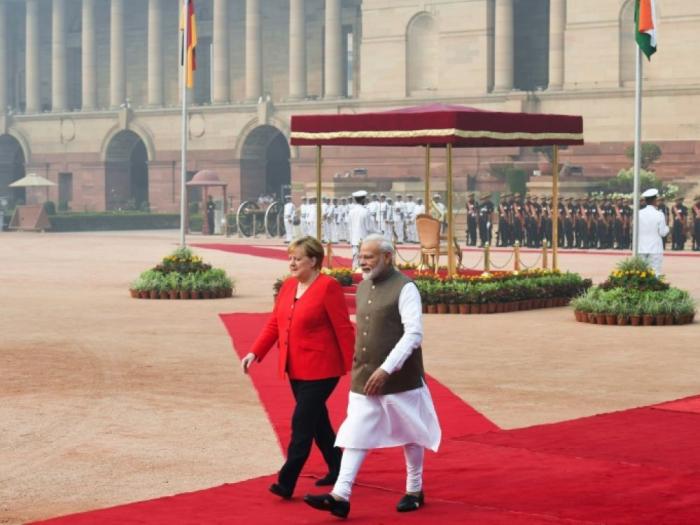 En visite dans New Delhi asphyxiée, Merkel exhorte l