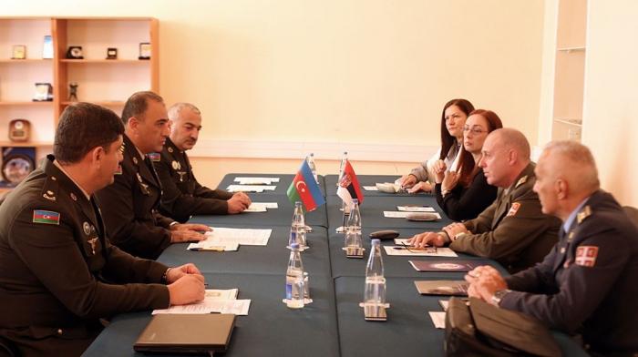 Ministerios de Defensa de Azerbaiyán y Serbia abordan temas de cooperación