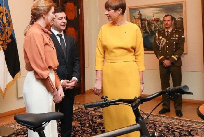 Həmkarı Zelenskiyə velosiped hədiyyə etdi - FOTO