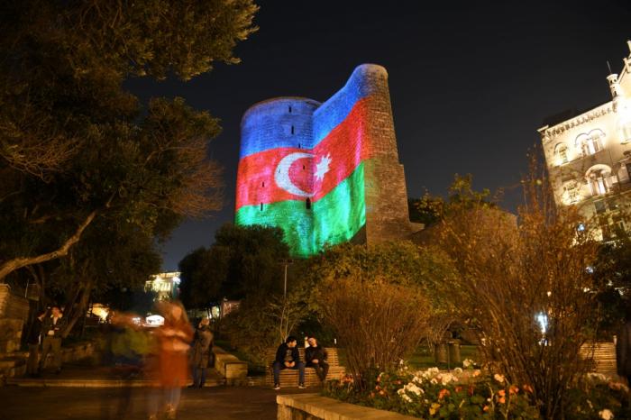 Bakú está completamente coloreado con los colores de la bandera azerbaiyana