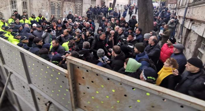 Gürcüstan polisi parlamentə aparan yolları bloklayıb