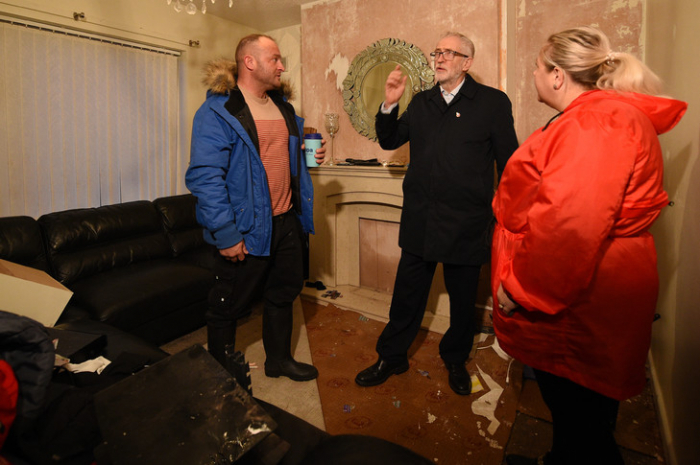 Inondations en Grande-Bretagne: armée et candidats auprès des sinistrés