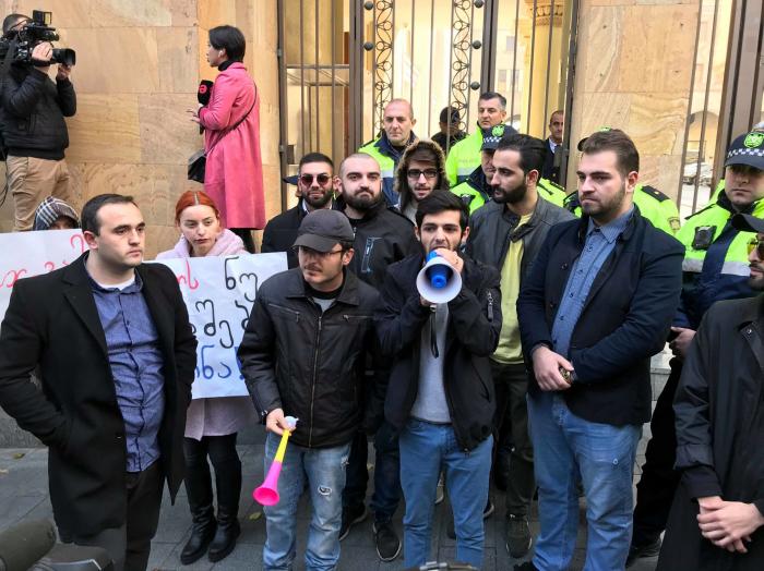 Gürcüstan parlamentində və hakim partiyada istefalar başladı