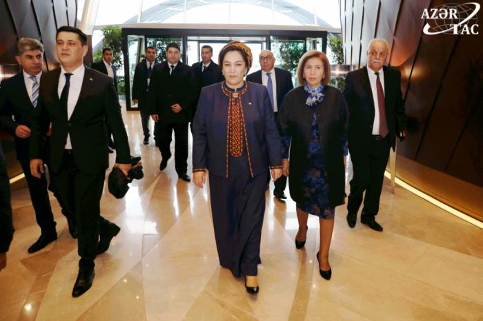 Vorsitzende des turkmenischen Parlaments kommt in Aserbaidschan an