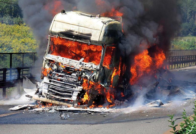 Yanacaqdaşıyan avtomobil yanıb, sürücü ölüb -