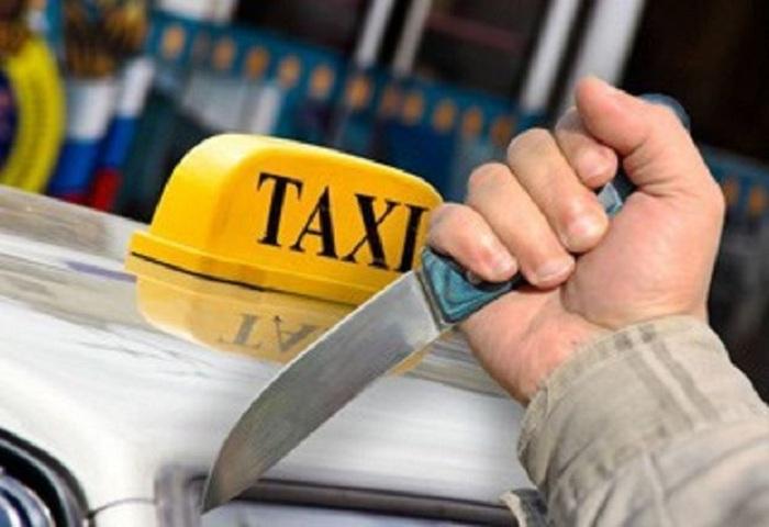 Taksi sürücüsünü bıçaqla hədələyib 100 manat aldı