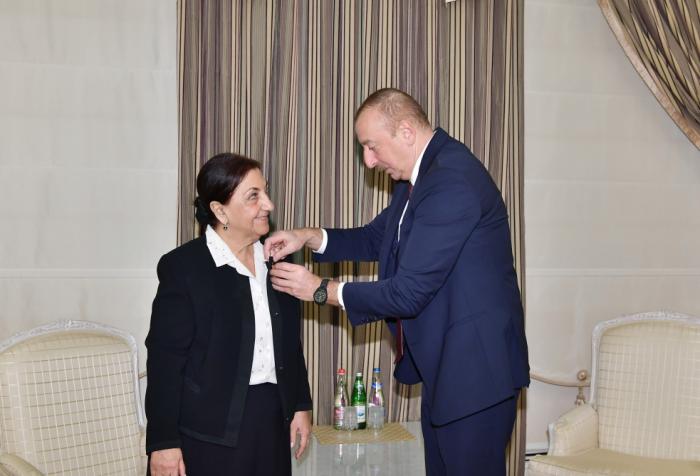 Le président de la République remet l'Ordre de l'Honneur à Dilaré Seyidzadé