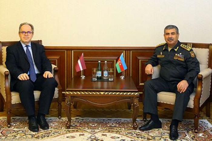 Le ministre azerbaïdjanais de la Défense rencontre le nouvel ambassadeur de Lettonie
