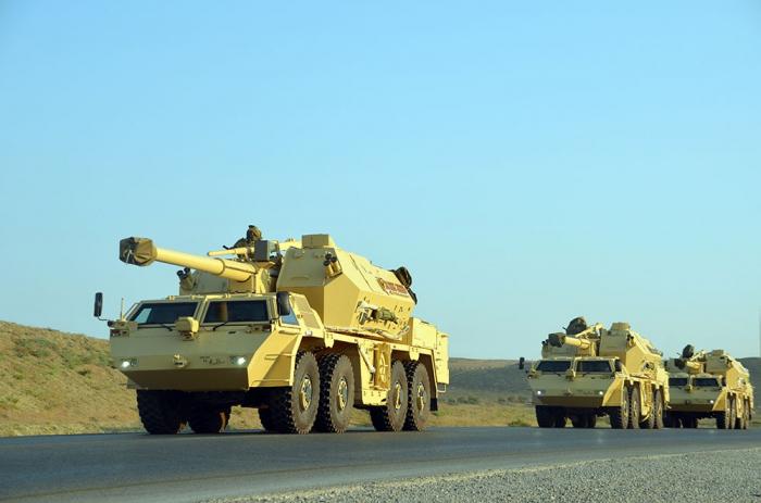 Aserbaidschans Raketen und Artillerie-Einheiten starten taktische Übungen -  VIDEO