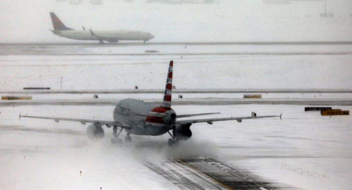 Cancelan casi 950 vuelos en EEUU por fuertes nevadas