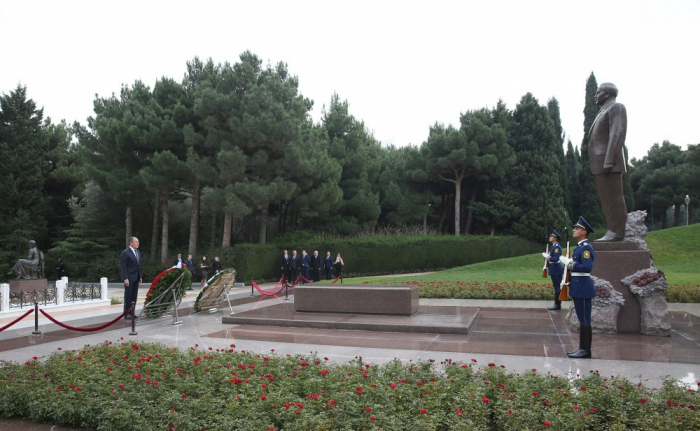Russian FM pays respect to national leader Heydar Aliyev and Azerbaijani martyrs