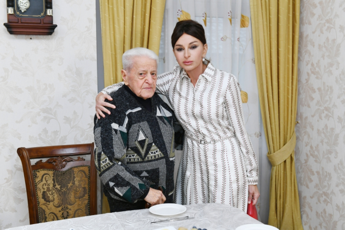 First VP Mehriban Aliyeva visits People's Artist Alibaba Mammadov at his house