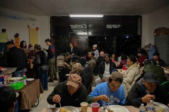 Recortar en alimentos y salud:  el plan de ahorro que McKinsey diseñó para la política migratoria de Trump