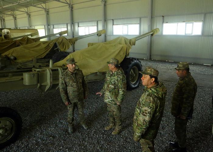Ministro de Defensa de Azerbaiyán inspecciona la preparación para el combate de los artilleros-  Fotos, Video