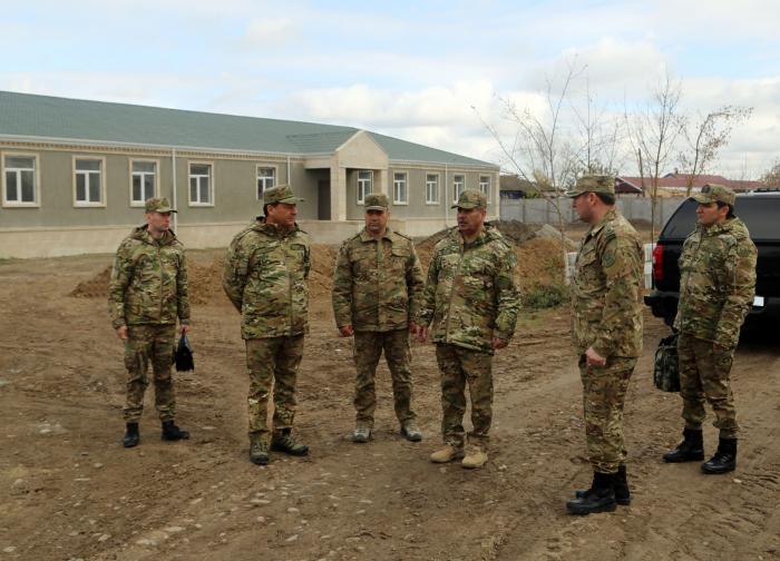 Aserbaidschanischer Verteidigungsminister inspiziert im Bau befindliche Militäreinheiten -  VIDEO
