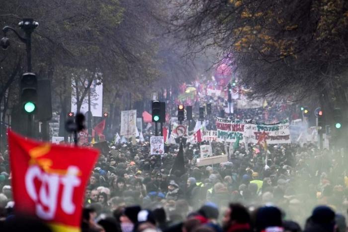 Grève et manifestations massives:  la France grogne contre la réforme des retraites