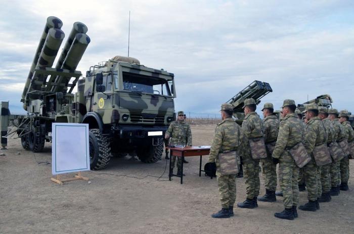 Kadetten der Aserbaidschanischen Militärakademie beginnen mit dem Feldtraining -   VIDEO