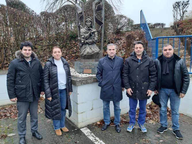 Une délégationazerbaïdjanaise visitele monument de Khurshidbanu Natavan en Belgique