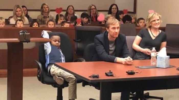 Ce petit garçon de 5 ans a invité toute sa classe à assister à son adoption