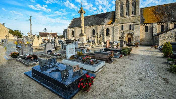 """Una localidad francesa prohíbe a sus vecinos """"morir en sus casas"""" los fines de semana y días festivos"""
