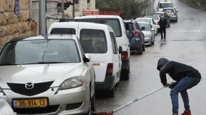 Colonos vándalos israelíes dañan 160 coches palestinos en Al-Quds