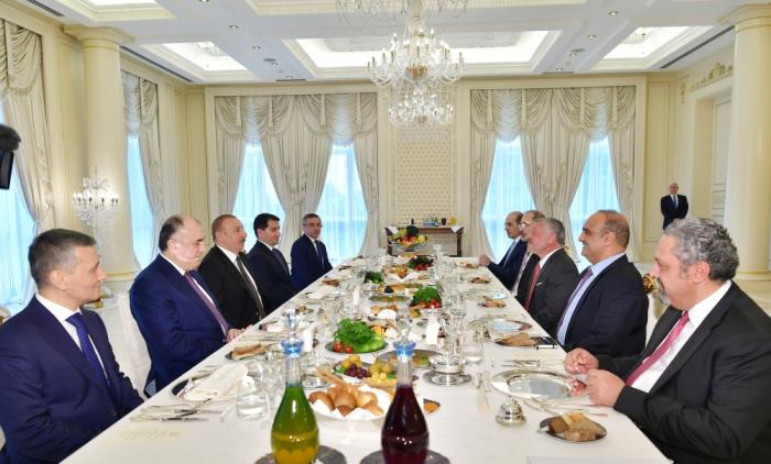 Presidente de Azerbaiyán mantiene almuerzo de trabajo con el rey de Jordania