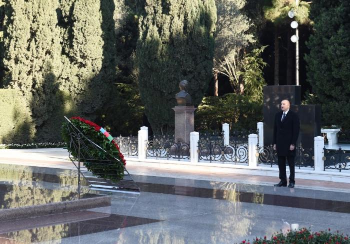 Präsident Ilham Aliyev, Familienmitglieder besuchen das Grab des Nationalleaders