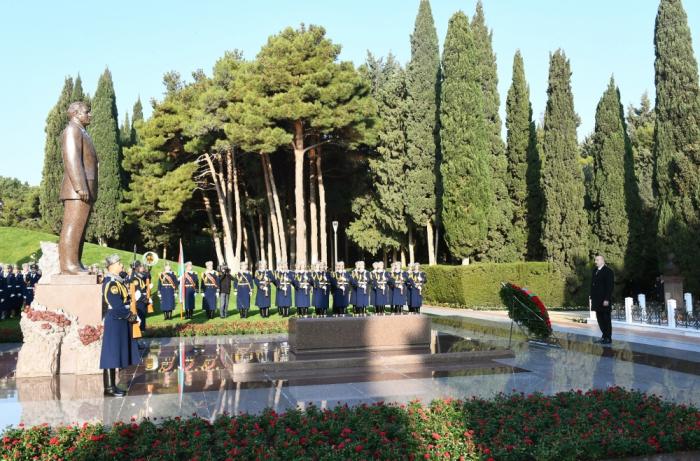 President Ilham Aliyev visits grave of national leader Heydar Aliyev - PHOTOS