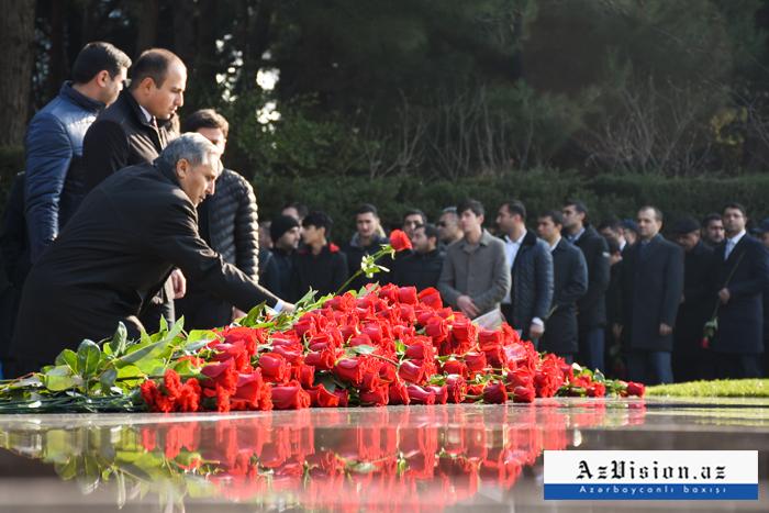 Aserbaidschanische Öffentlichkeit würdigt die Erinnerung anHeydar Aliyev -   FOTOS