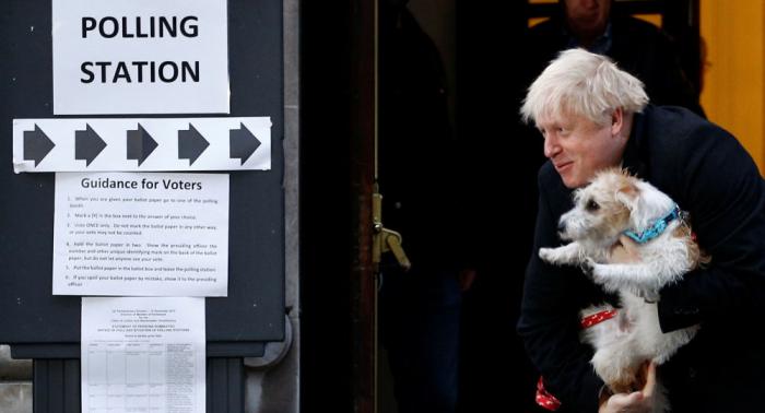 Vídeo:   Así ha llegado Boris Johnson a su colegio electoral para votar al lado de su perro