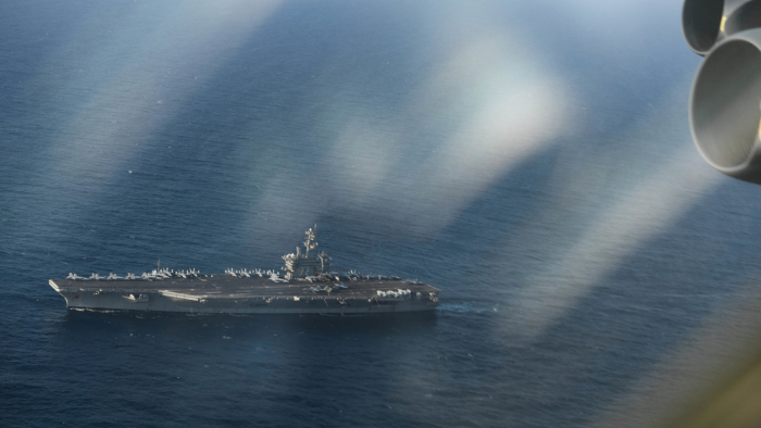 FOTO:   Un satélite capta cómo 20 barcos iraníes escoltan a un portaviones de EE.UU.