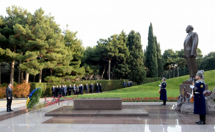 Ukrainian president pays respect to Azerbaijani national leader Heydar Aliyev