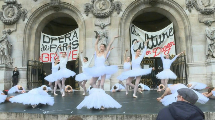 Ballet dancers protest against French pension reform on steps of Opera Garnier-   NO COMMENT