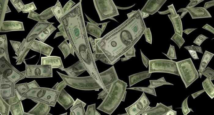 ¡Feliz Navidad! Un hombre roba un banco y lanza el dinero al aire