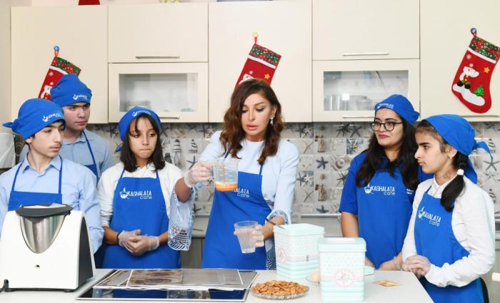 Mehriban Əliyeva uşaqlarla birgə tort bişirdi - FOTOLAR